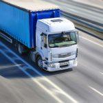 Truck fährt auf Autobahn