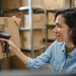 Frau beim Scannen eines Pakets im Fulfillment Center